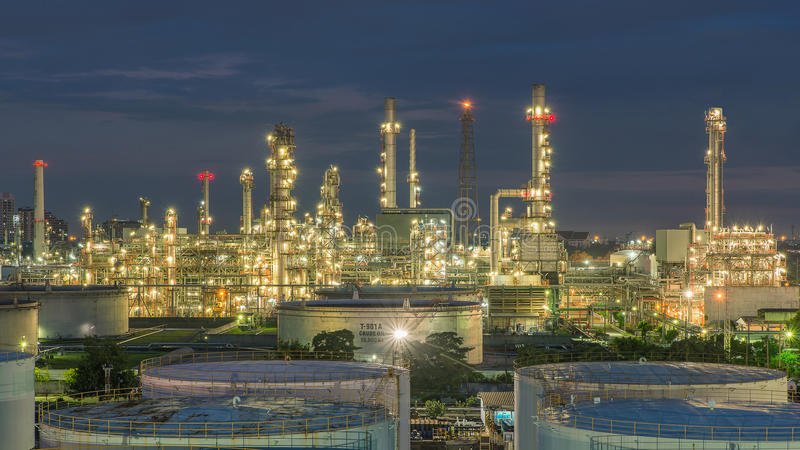 Панорама нефтеперерабатывающего предприятия и баков для хранения на сумерк стоковые изображения rf