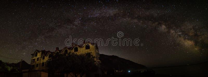 Панорама ночи ландшафта с млечным путем и домом стоковое фото rf
