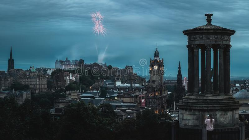 Панорама ночи города Эдинбурга и фейерверка стоковая фотография