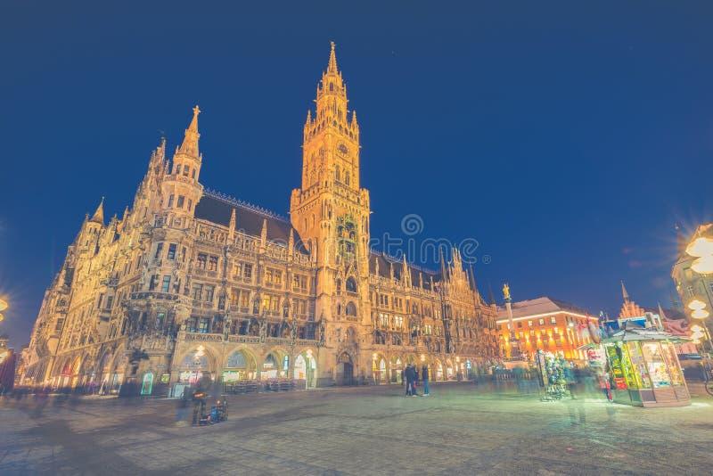 Панорама ночи здание муниципалитета Marienplatz и Мюнхена в Мюнхене стоковые фотографии rf