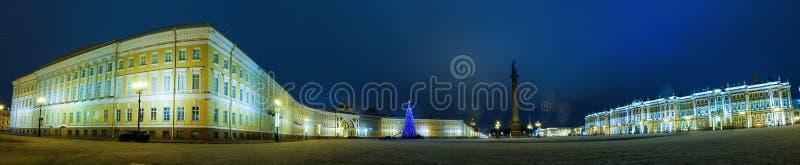Панорама ночи зимы квадрата дворца, обители, штендера Александрия и штабов строя, Санкт-Петербурга стоковые фото