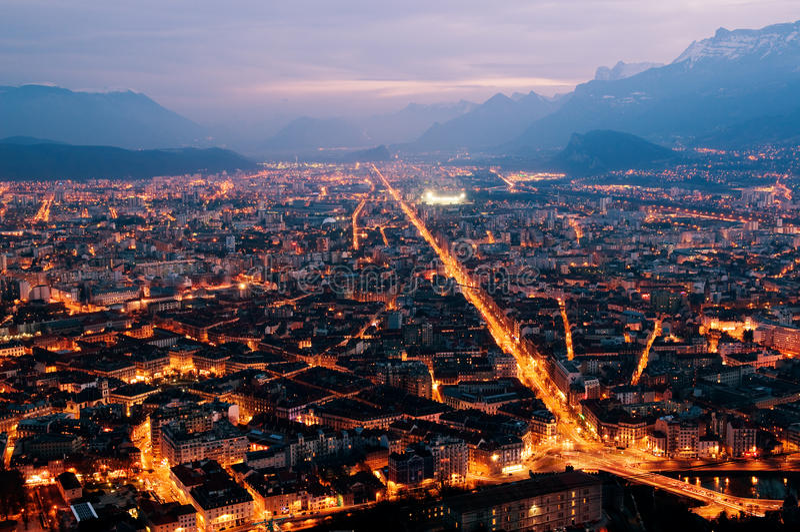 панорама ночи grenoble стоковая фотография rf