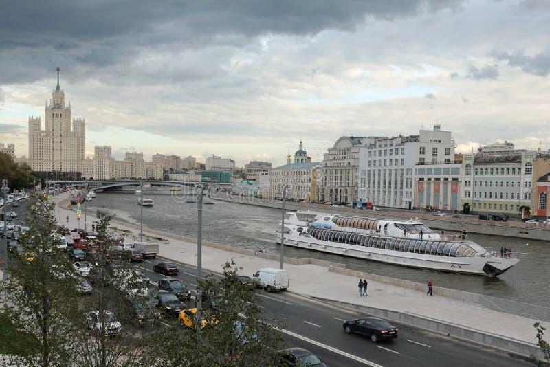 Панорама обваловки Moskvoretskaya обозревая небоскреб на обваловке Kotelnicheskaya стоковые изображения rf
