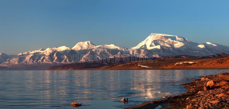 Панорама озера Manasarovar и пика Gurla Mandhata, западного ti стоковые фотографии rf