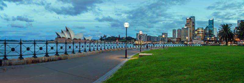 Панорама оперного театра и города стоковые фотографии rf