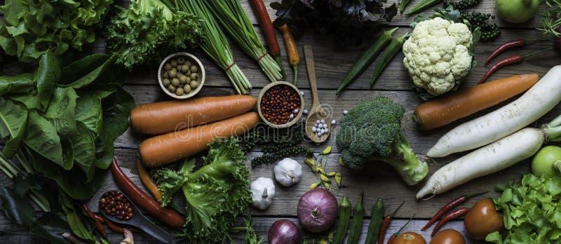 Панорама органических и сырцовых овощей на деревянном столе стоковое изображение rf