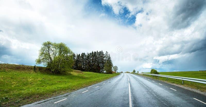 Панорама дороги на дождливый день стоковое изображение