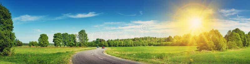 Панорама дороги на солнечный летний день стоковое изображение rf