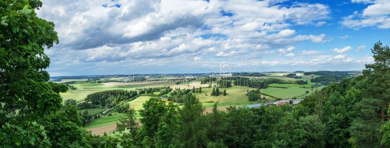 Панорама от большой возвышенности к долине с полями и ветрянками Hof, Бавария, Германия стоковая фотография rf