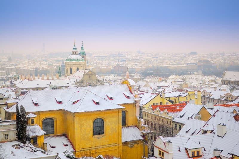 Панорама от воздуха города зимы Праги на заходе солнца чехословакско стоковые изображения rf