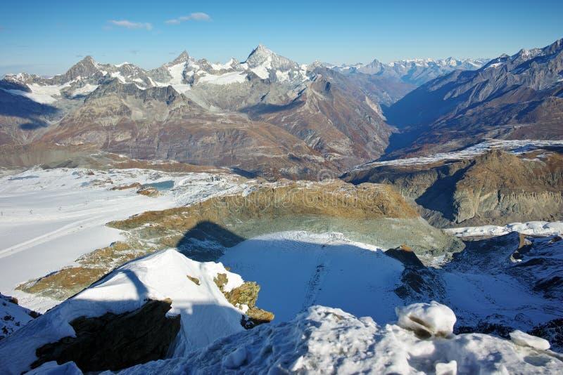 Панорама от рая ледника Маттерхорна к Zermatt, Альпам, Швейцарии стоковая фотография