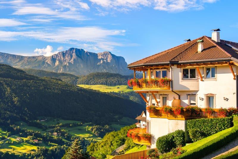 Панорама доломитов панорамного ландшафта Адидже альта итальянская южная стоковые фотографии rf