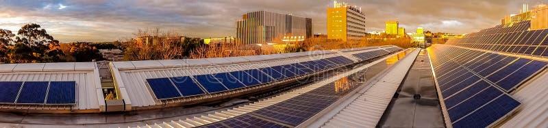Панорама панелей солнечных батарей на крыше стоковая фотография rf