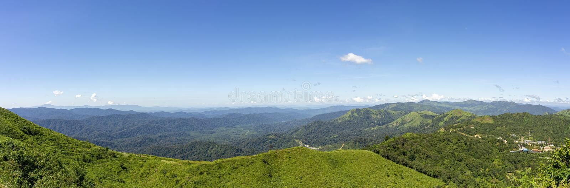 Панорама, пейзаж на точке зрения после полудня Комплекс гор, ясное голубое небо Точка зрения шахты Pilok, Kanchanaburi, Таиланд стоковые изображения