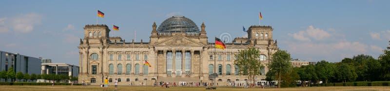 Панорама перед зданием Reichstag в Берлине, Германии стоковое изображение