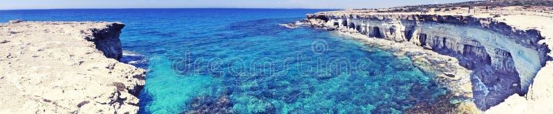 Панорама пещер плавает вдоль побережья Средиземное море Кипр ландшафта islan стоковые фотографии rf