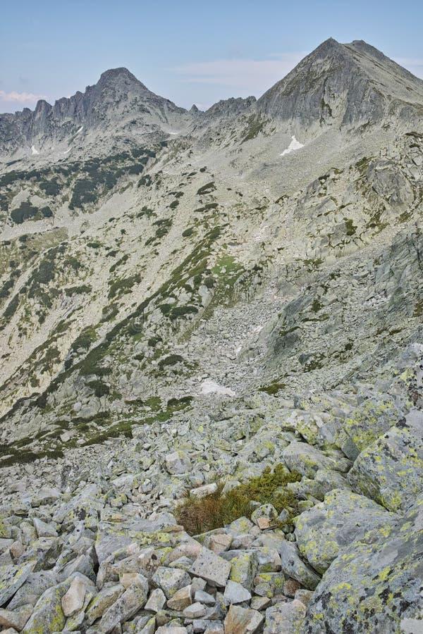 Панорама пиков dvor Dzhangal и momin, горы Pirin, Болгарии стоковые изображения rf