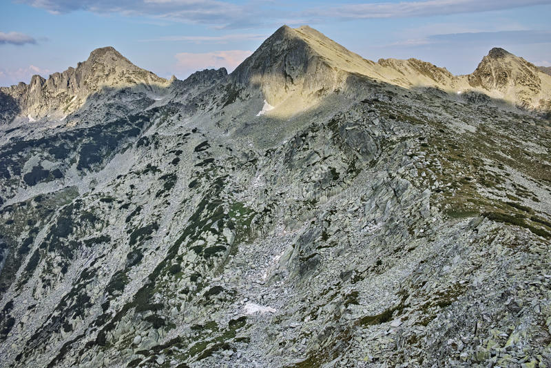 Панорама пиков dvor Dzhangal и momin, горы Pirin, Болгарии стоковые фото