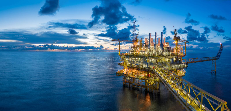 Панорама платформы нефти и газ центральной обрабатывая в деле сумерк, силы и энергии стоковая фотография rf