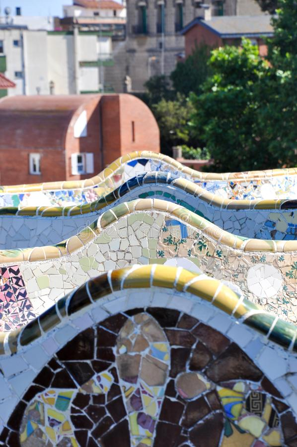 Панорама плитки мозаики и городской пейзаж Барселоны в известном парке Guell, Испании стоковое фото