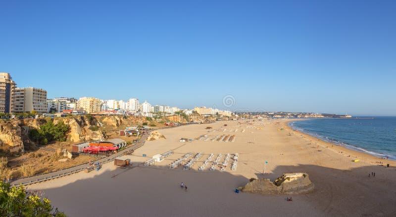 Панорама пляжа в Portimao Прая de Rocha стоковая фотография rf