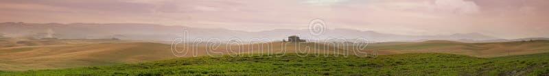 Download Панорама полей завальцовки, Италия Стоковое Фото - изображение насчитывающей горизонтально, природа: 37931676