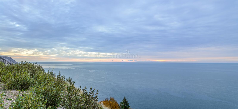Панорама прибрежной сцены на Cabot отстает на зоре стоковые фото
