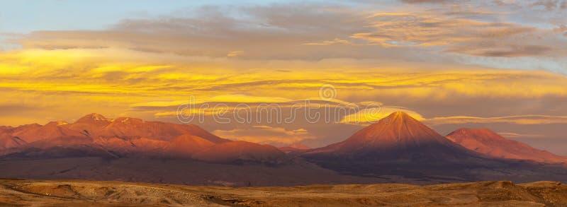 Панорама пустыни Atacama на заходе солнца, Чили стоковая фотография