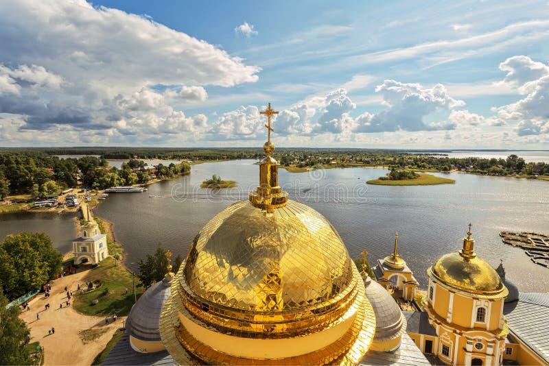 Панорама пустыни Nilo-Stolobensky в регионе Tver на предпосылке озера Seliger с куполом явления божества Cathedr стоковые фото