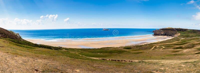 Панорама пляжа Anse de Писать Шляпы на Presqu'ile de Crozon, p стоковые фото