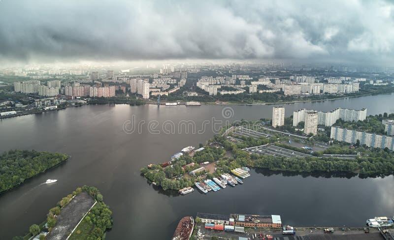 Панорама района поймы Nagatinsky в виде с воздуха Москвы стоковая фотография