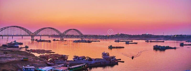 Панорама реки Irrawaddy и нового моста Sagaing, Мандалая, Мьянмы стоковые фотографии rf
