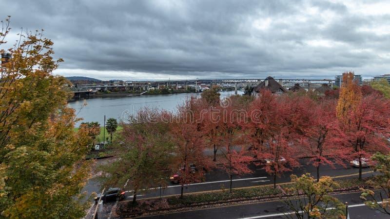 Панорама реки Willamette как осмотрено от балкона пятого номера в гостинице пола стоковые изображения rf