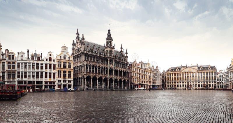 Панорама рыночной площади или Гранд-Плас в Брюсселе в осеннюю дождливую погоду, Бельгия стоковое фото rf