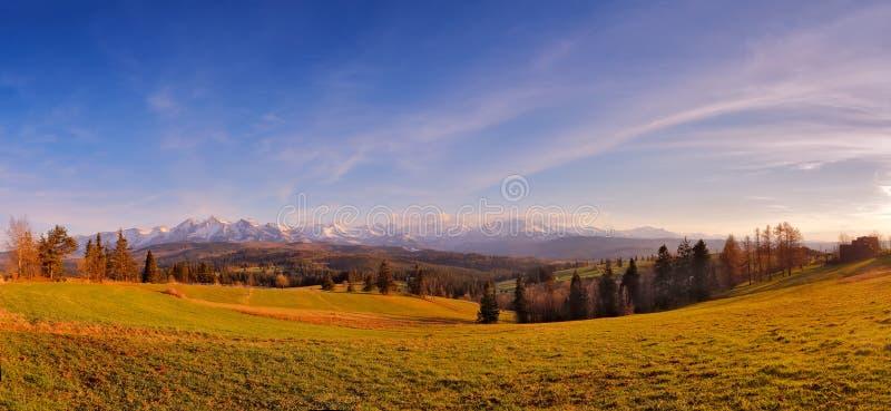 Панорама снежных гор Tatra весной, южная Польша стоковое изображение rf