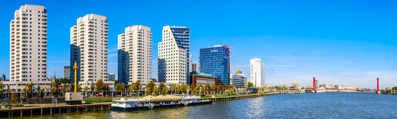 Панорама современных высоких кондоминиумов подъема и зданий подъема офиса высоких на Boompjeskade вдоль Nieuwe Maas в Роттердаме стоковые фотографии rf