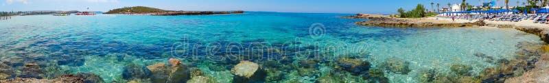 Панорама Средиземного моря Кипра ландшафта побережья пляжа islan стоковые фото