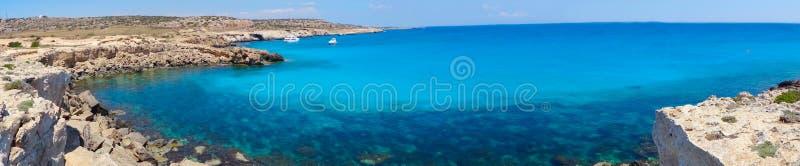 Панорама Средиземного моря Кипра ландшафта побережья пляжа islan стоковые фотографии rf