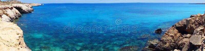 Панорама Средиземного моря Кипра ландшафта побережья пляжа islan стоковые изображения rf