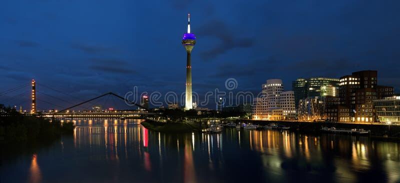 панорама средств гавани вечера dusseldorf стоковое изображение