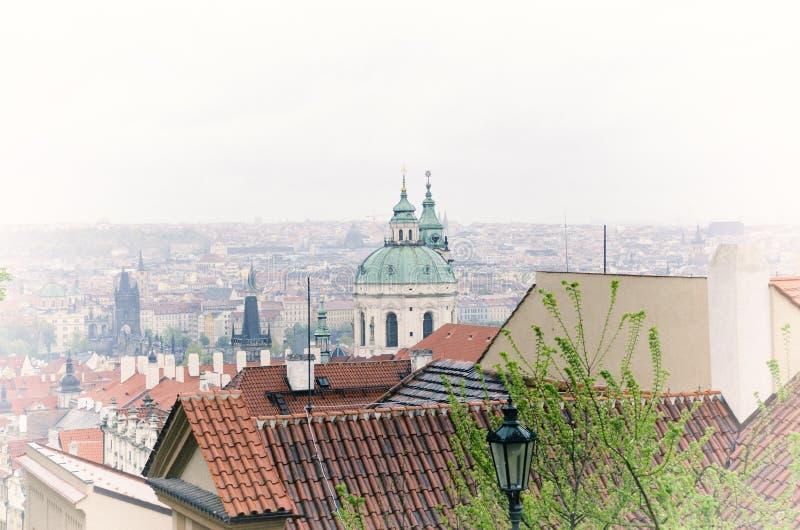 Панорама старой архитектуры городка в Праге Винтажный мягкий тон цветов стоковое изображение