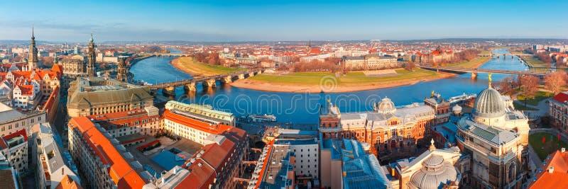 Панорама старых городка и Эльбы, Дрездена, Германии стоковые изображения