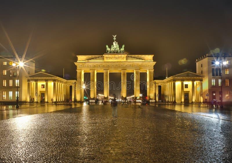 Панорама строба Бранденбурга в Берлине на ноче, Германии стоковые фото