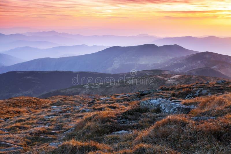 Панорама с интересным восходом солнца просвещает окрестности Ландшафт с красивыми горами и камнями Фантастический пейзаж осени стоковые фото