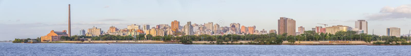 Панорама с Gasometro и озером на заходе солнца, Порту-Алегри Guaiba стоковая фотография rf