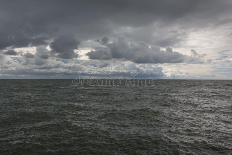Панорама темных волн неба и моря стоковая фотография rf