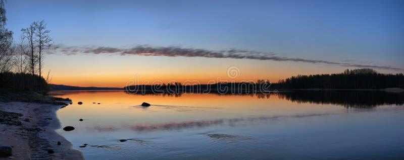Панорама тихого, живописного озера после захода солнца стоковые изображения rf