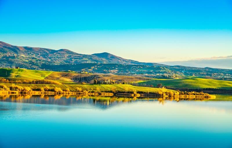 Панорама Тосканы, озера Санта Luce на заходе солнца, Пизе, Италии стоковое фото rf