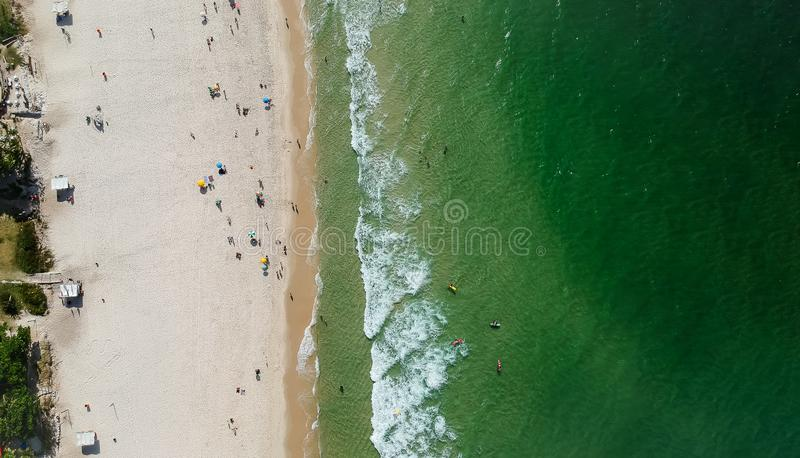 Панорама трутня пляжа Barra da Tijuca, Рио-де-Жанейро, Бразилии стоковое фото