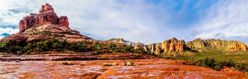 Панорама утеса колокола и утеса собора, известных утесов красного песчаника между деревней заводи дуба и Sedona стоковая фотография